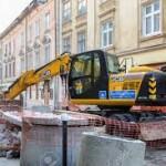 Statybinė technika griovimo darbasm mieste